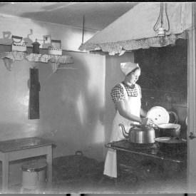 Kokkepige på Oluf Bagers gård, 1937