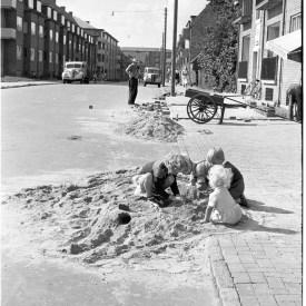 Børn leger i sandbunke på Rødegårdsvej i 1952.