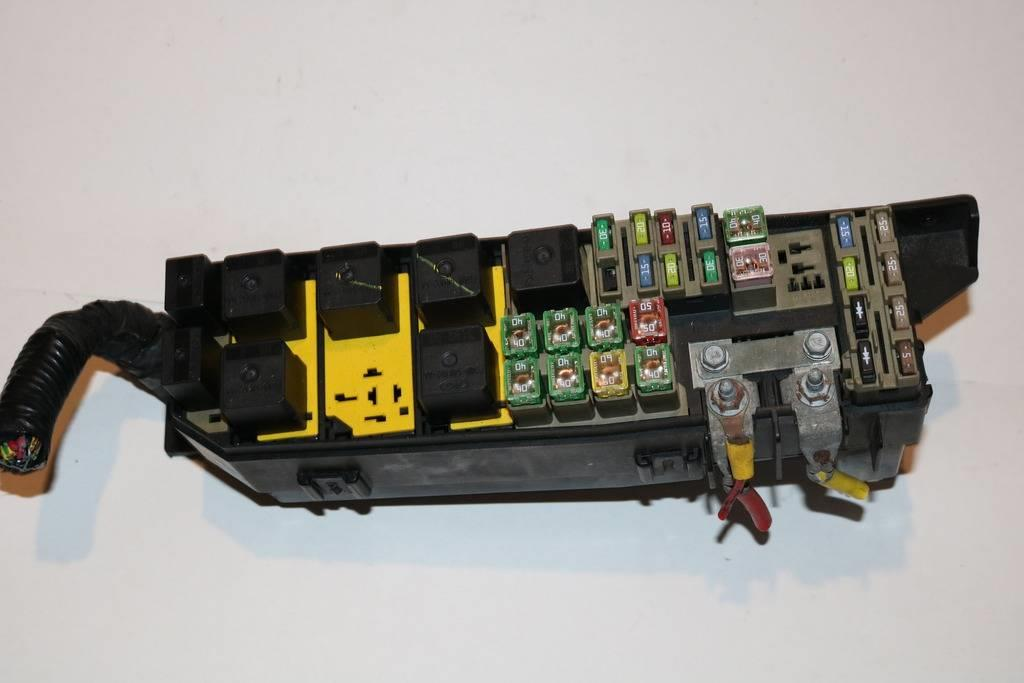 05-07 Ford Escape 23L XLS Under hood Relay Fuse Box Block Panel