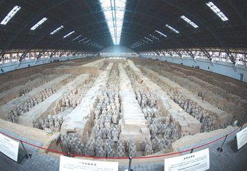 Près de 2000 guerriers et chevaux grandeur nature ont été exhumés de trois fosses datant d'il y a 2200 ans. On estime à 8000 le nombre de statuettes encore enfouies.