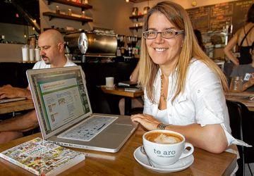 Nathalie Prézeau dans l'un de ses cafés préférés, Te Aro, sur Queen est, là où elle a écrit son guide Toronto Urban Stroll... for girlfriends en une année.
