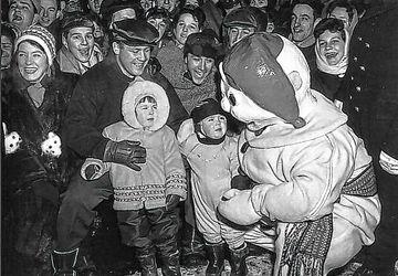 Le Bonhomme Carnaval en 1961  se présente à la foule.