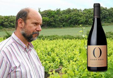 Gilles Louvet et son Pinot noir O (pour «organique»), disponible exclusivement en Ontario, à la LCBO. Le site rareearthwines.com offre des recettes de cuisine pour accompagner ce vin.