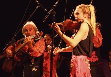 Jean-Jacques Calvi et une de ses élèves des Violons tziganes.