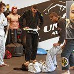 Entraînement de jiu-jitsu brésilien à la salle multisports de United Athletics, rue Bloor non loin du métro Dufferin. En médaillon: Le gérant, Geordane Thomas.
