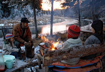 La famille de Suzanne Crocker réunie autour d'un feu de camp dans la forêt du Yukon.