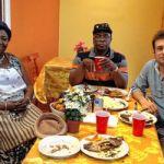 Yvette Kavungu dans son restaurant à Pickering avec Ernest Ngongo et Quentin de Becker, enseignants à la Toronto French School.