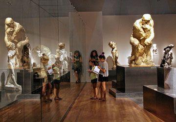 Le célèbre Penseur au centre d'une des salles du MBAM consacrées au sculpteur Auguste Rodin.