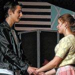Sava Zec et Ellen Shaowitz dans la comédie musicale Grease montée à la Toronto French School. Photo: Laura Chan