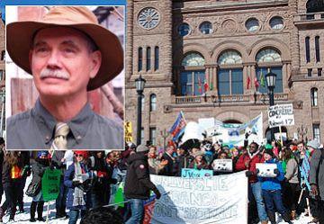 Manif pour une université franco-ontarienne, en face de l'Assemblée législative de l'Ontario en février dernier. (Photo: Harriet Vince) En médaillon: le professeur Norman Cornett. (Photo: Sara Cornett)