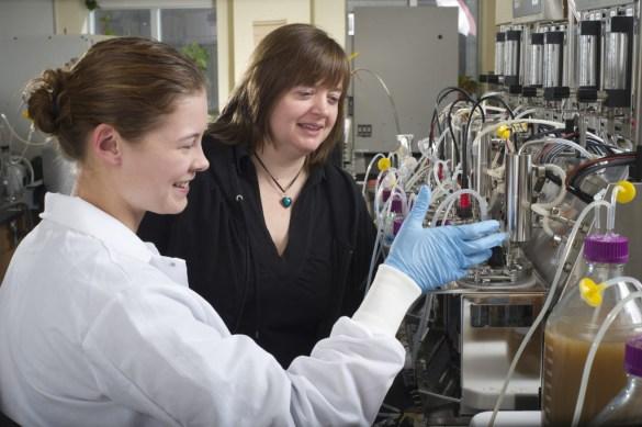 La prof Emma Allen-Vercoe (en noir) de l'Université de Guelph, s'intéresse au microbiote intestinal humain.