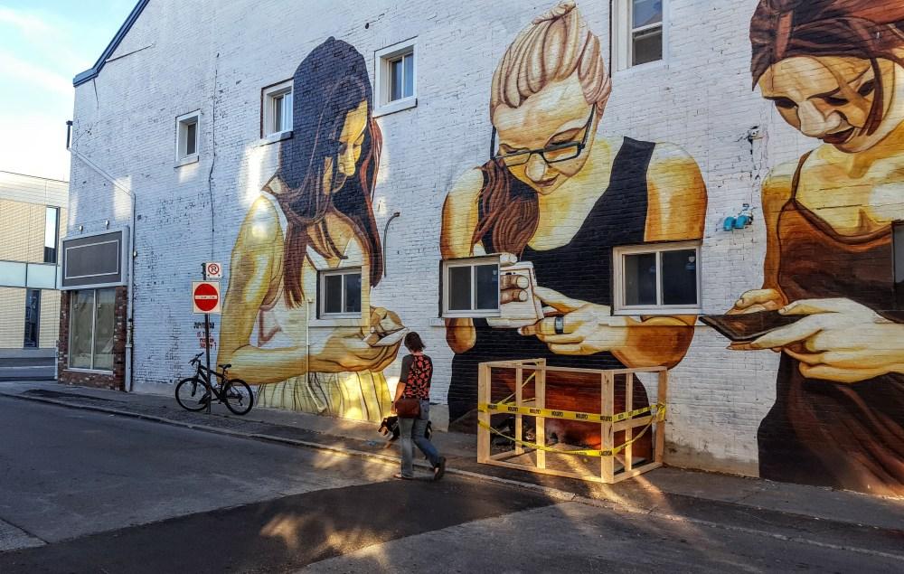Ruelle de grafittis et murales devant le FirstOntario Performing Arts Centre à St. Catharines. (Photo: Nathalie Prézeau)