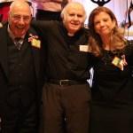 Entourant le Père Henri Boulad (au centre): les créateurs du site «Les Amis du Père Boulad» et organisateurs de la soirée de Montréal: Abir Nabih, Joseph Kerba, Madeleine Kolta et Nihal Bahri. (Photo: Nagui Demian)