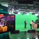 Les ministres Mitzie Hunter et Marie-France Lalonde avec une fan de Mini TFO dans un décor (à l'écran) créé par le LUV.
