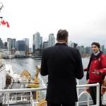Le premier ministre Justin Trudeau à bord du navire de la garde côtière Sir Wilfrid Laurier en face de Vancouver.