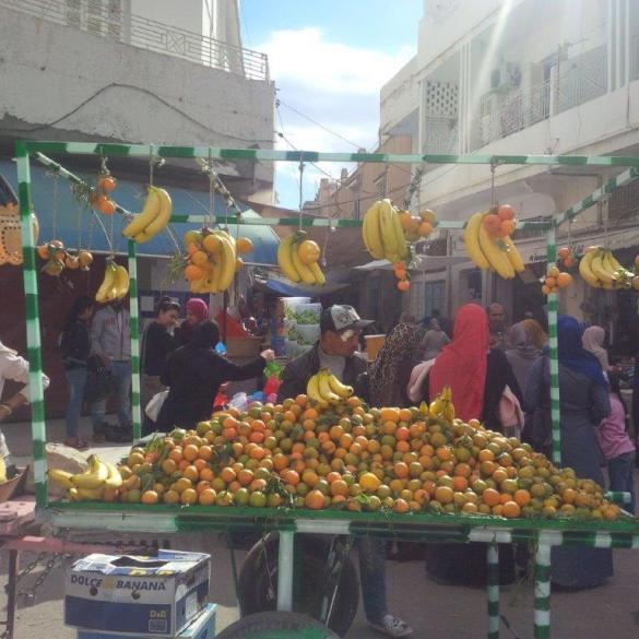 Un étal de fruits dans la rue.