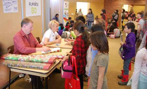 L'emballage-cadeau, un service apprécié des jeunes au récent Salon du livre.