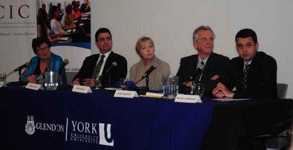 Annie Demirjian, la modératrice; Juan Alsace, consul général des États-Unis à Toronto; Joan Ablett, consultante; Ron Pruessen, prof d'Histoire à l'Université de Toronto; Miloud Chennoufi, prof au Collège des Forces canadiennes à Toronto.