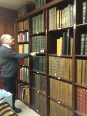Le président de l'ICFO à la recherche de livres rares.
