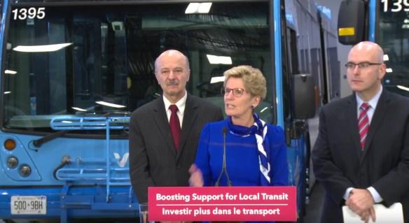La première ministre Kathleen Wynne avec le député de Richmond Hill Reza Moridi et le ministre des Transports Steven Del Luca.