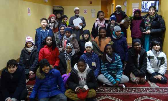 Des élèves et du personnel de Gabrielle-Roy en visite à la mosquée. (Photo: Émeline Bertel)