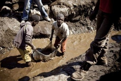 Des enfants travaillant des une mine en RDC: une image du film «Du sang dans nos portables», un documentaire de Frank Poulsen projeté à l'AFT après la conférence de Blaise Ndala.