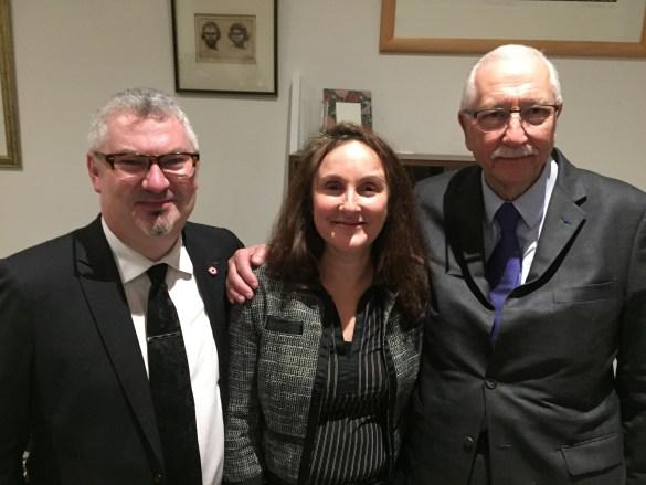 Le sénateur français Louis Duvernois (à droite) avec Marc Cormier, conseiller consulaire, et Monica Abhervé-Hung, vice-présidente de l'UFE-Toronto.