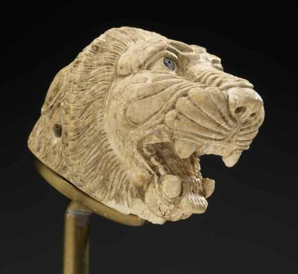 Tête de Lion en ivoire, 9e–8e siècle avant J.-C., de l'Anatolie à la Syrie et l'Égypte. © Musée Royal de l'Ontario.
