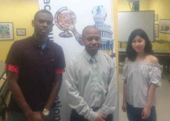 L'enseignant Bertrand Ndeffo, du Collège français, flanqué de Jermaine Kamunga et Olivia Ng.