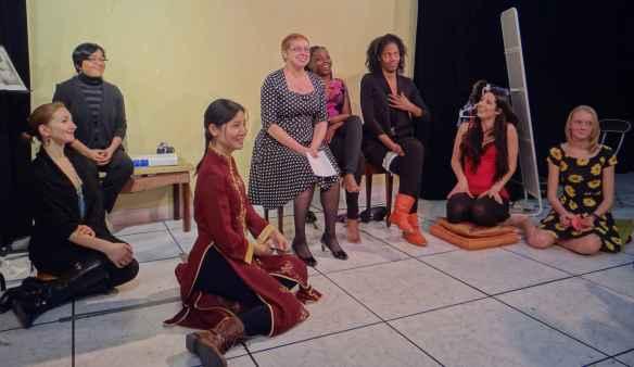 Line Boily (au centre) avec les actrices des Monologues du vagin: Aleksandra Lalovic, Catalina Lopez, Elaine Li, Adrienne Medjo, Alison Wilson Forbes, Alina Christensen et Sandra Uhlrich.