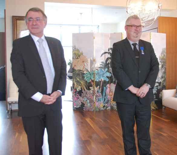 L'ambassadeur Nicolas Chapuis et Marc Cormier, décoré de l'Ordre du Mérite.