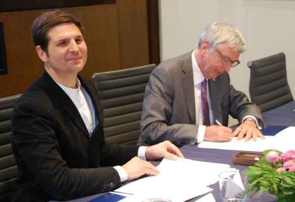 Le directeur de l'école d'affaires publiques de Sciences Po Paris, Yann Algan, et celui de l'école Munk de l'Université de Toronto, Stephen Toope, signent l'entente qui crée leur programme conjoint ce vendredi 10 mars.