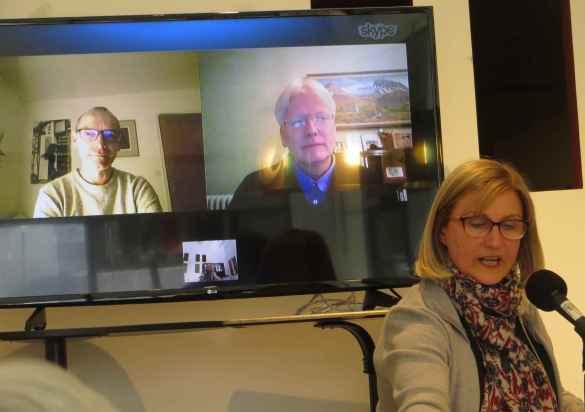La conceptrice et animatrice de l'émission, Anne Forrest-Wilson au micro, avec le Français Éric Bourhis et l'Islandais Torti Tulinius via Skype.