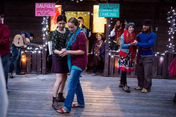Emilyn Stam apprend à une participante des pas de danses.