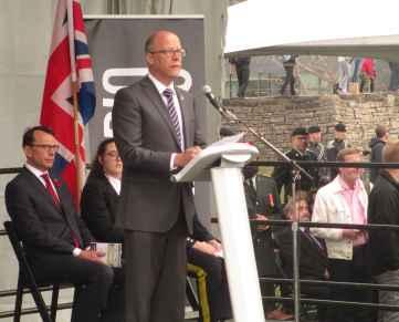 Larry Ostola, directeur des musées et du patrimoine de Toronto. Derrière: le consul de France Marc Trouyet.
