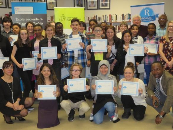 Quelques enseignants et les champions des écoles de l'Est du Grand Toronto. En haut à droite (cheveux blancs): le président du Club Richelieu de Toronto, Denis Rioux.