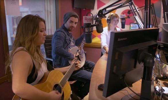 Gabrielle Goulet dans les studios de Rouge FM à Ottawa le 31 mars pour lancer son album «Elle Sait».
