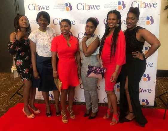 Assiatou Diallo (3e sur la photo) avec quelques-unes des 100 femmes honorées.