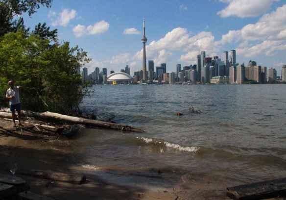 Le lac a englouti une petite plage non loin de la marina. (Photo: Nathalie Prézeau)