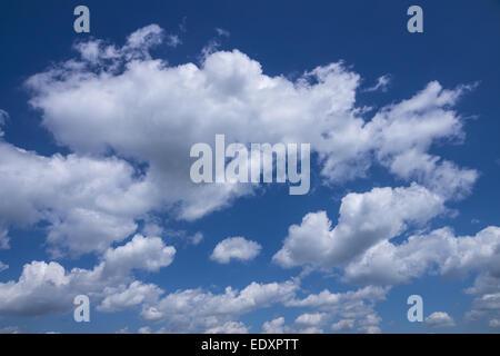 Weisse Wolken am blauen Himmel, White clouds on blue sky, background - basic blue background