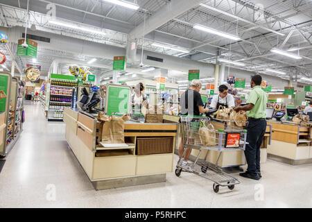 man in a supermarket checkout line Stock Photo 178791731 - Alamy - courtesy clerk