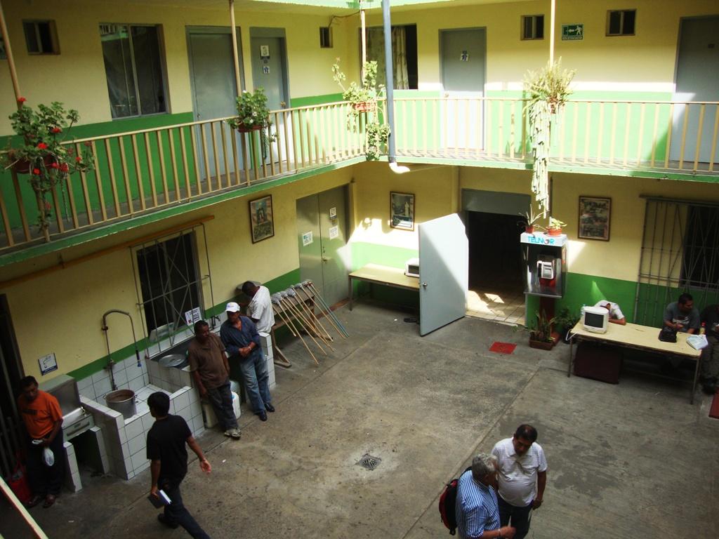 Deportados hacia el limbo la barra espaciadora for Mural de la casa del migrante