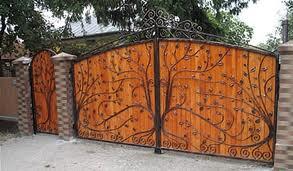 porti din fier forjat cu panou din lemn