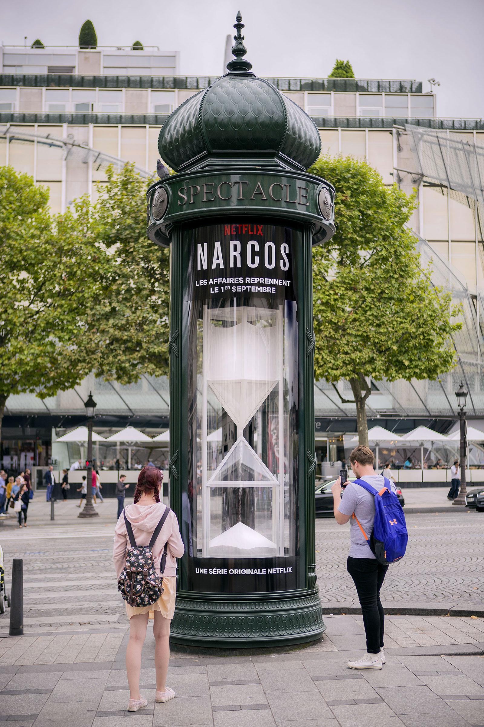 Un reloj de coca na gigante para la cuenta atr s de narcos en par s la criatura creativa - Reloj de pared gigante ...