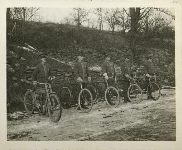 Deliveroo in 1915. (Nee, OK, eigenlijk de New Yorkse fietspolitie.)