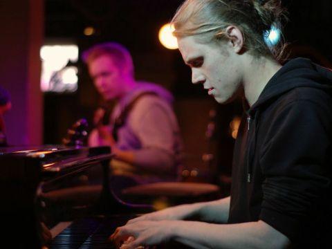 Summer Jazz Clubin puuhamies Antti Lähdesmäki vaikuttaa Hermes-yhtyeessä, joka on ensimmäisen klubi-illan toinen esiintyjä.