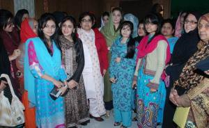 Lahore Jan 30,PML(N) central leader Maryam Nawaz sharif addressing posing for a group photo with participant of international session with Youth coordinator of Nawaz Tigers