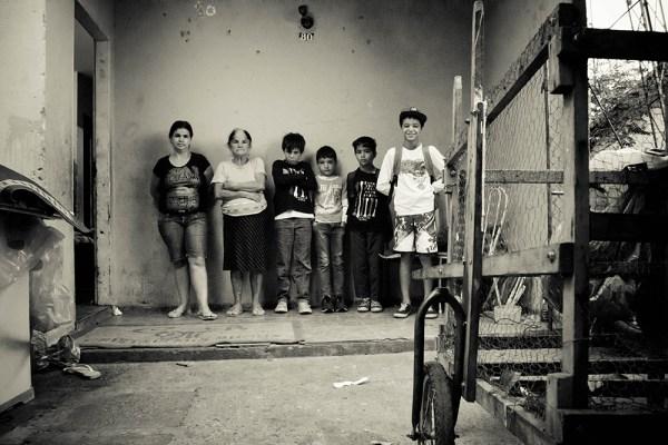 Marisa, Isabel e metade dos netos (Foto: Laila Braghero/O Semanário)