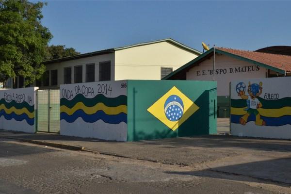 Estudantes do 1º ao 3º ano desenharam o mascote da Copa 2014 no muro principal (Foto: Túlio Darros/O Semanário)