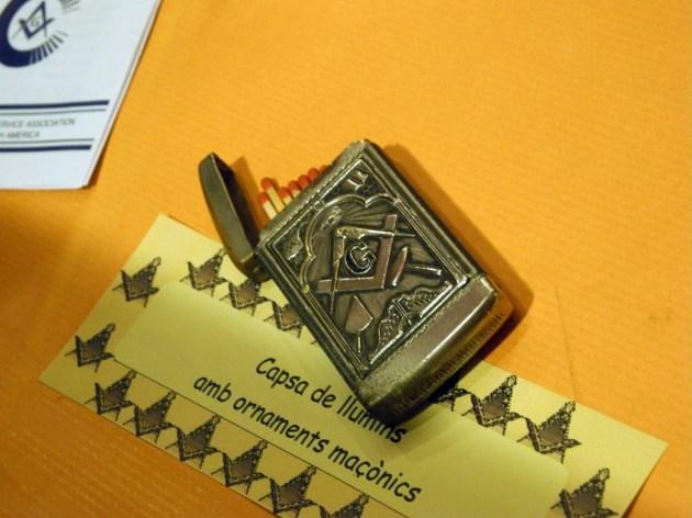 Caja de cerillas con ornamentación masónica. Compás y escuadra símbolos masónicos.